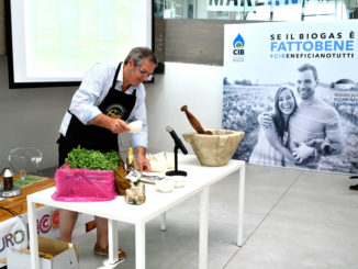 Lo storico ristoratore genovese Roberto Panizza, durante la sua dimostrazione a EcoFuturo