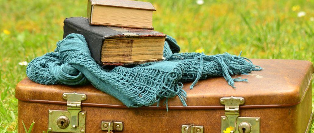 rifiuti oggetti usati valigia libro